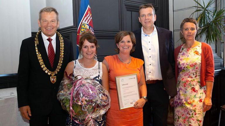 Nadine Reh, HR Marketingmanagerin (2. v. l.) nahm gemeinsam mit HR-Leiterin Tanja Templer (Mitte) und Produktionsleiter Michael Schröder (2. v. r.) den Preis entgegen.