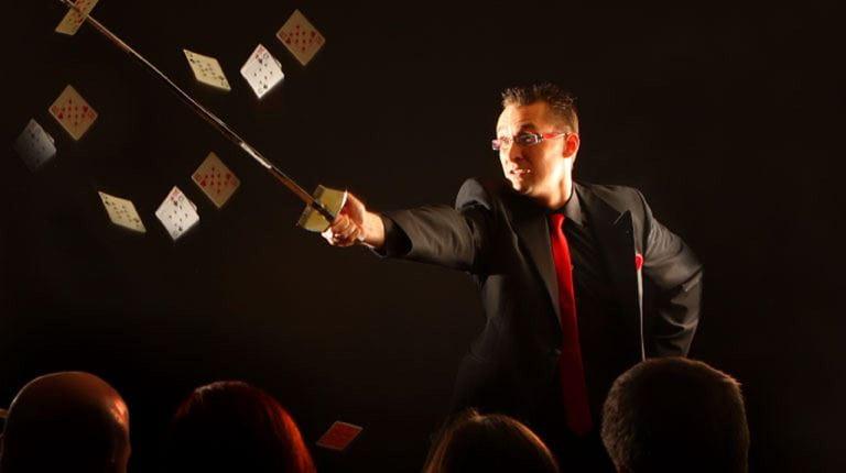 Mann in schwarzem Anzug mit Zauberstab