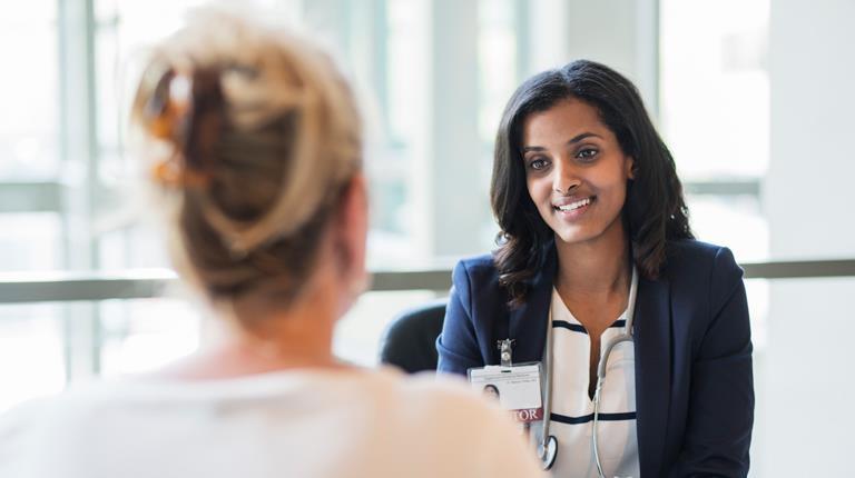 Frauenärztin spricht mit einer Patientin.